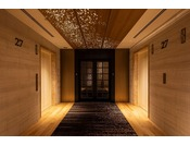 27階ニッコーフロア(Nikko Floor)エレベーターホール。カードキーによるエントランスドアを設置、ご滞在中は安心してお過ごしいただけます。