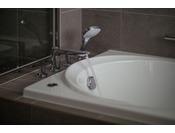 27階「ニッコーフロア(Nikko Floor)」バスルーム(イメージ)。ゆったりと1日の疲れを癒してください。