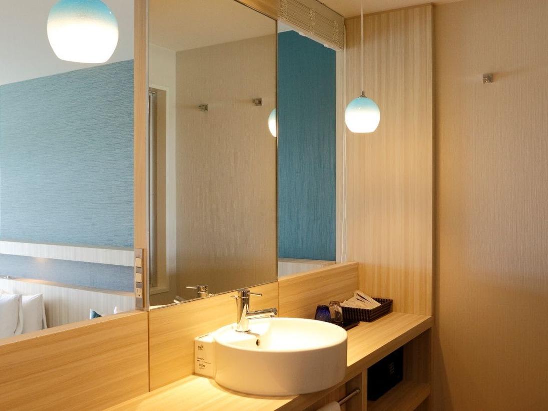 エグゼクティブキング広々洗面台は琉球ガラスを取り入れたランプが特徴