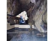"""ありのままの自然を体験出来る天然洞窟風呂。""""忘帰洞""""と同じ洞窟温泉で大自然が創り出した神秘的な温泉に入ると心も洗われる思いです。"""