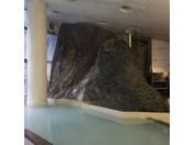天然の岩肌を流れ落ちる滝の音を聞きながら湯舟に浸かれば那智の滝が思い浮かぶ事でしょう。