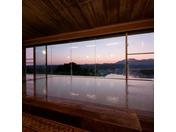 勝浦の町と熊野の山々をご覧いただけるお風呂、夕方には日が沈む様がご覧いただけます。