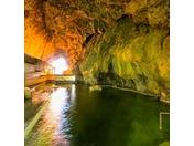 天然の洞窟温泉、神秘的な雰囲気が魅力の温泉