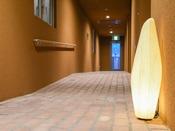 *【館内(新館ネスト廊下)】床にレンガを敷き詰めました。歩くほどに、自然素材のやさしさが伝わります