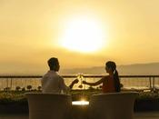 【滞在イメージ】ネスト5階にある「舞空テラス」にて。夕陽100選に選ばれた景色に感動。
