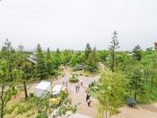 *【景観(本館和室18畳)】美しく整備された庭を一望。都会に身近なリゾート地