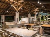 *【屋外施設(BBQ会場)】開放感あふれるロケーションに広がる、全500席の屋根付き会場
