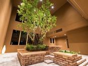 *【館内(新館ネスト・ロビー)】木と空とレンガのコントラスト。自然美を形にしました