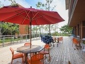*【屋外施設(レストランのテラス)】自然を望む心地良い空間で、季節の素材を活かした料理を楽しむ