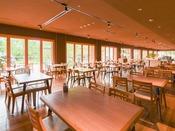 *【本館館内(レストラン)】自然を眺めながら、旬を味わうレストラン
