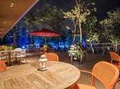 *【屋外施設(レストランのテラス)】夏季イベント時、夜のテラス。幻想的でおしゃれな空間