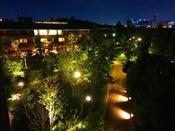 【夜のお庭】ガーデンビュー新館客室からのお庭の夜景。大阪の中のオアシス感があふれています。