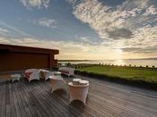 *【ネスト5F-舞空テラス】大阪湾に沈む夕日。夕陽100選に選ばれた景色を堪能できる空間。