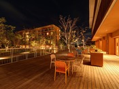 *【レストランテラス】敷地内のお庭を望むテラスは憩いの場所。静かな夜の音に耳を傾けながら。