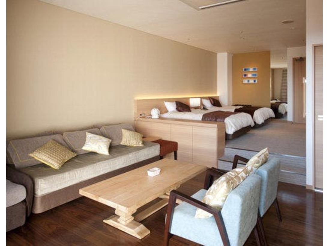 【露天風呂付プレミアムルーム】ベッドが2台とリビングルームがついた42.8平米の広々としたお部屋です。ホテル最上階に位置し、鳥羽湾を一望して頂けます。お部屋には、マッサージチェアをご用意しておりますので、お風呂上りにいかがでしょうか。