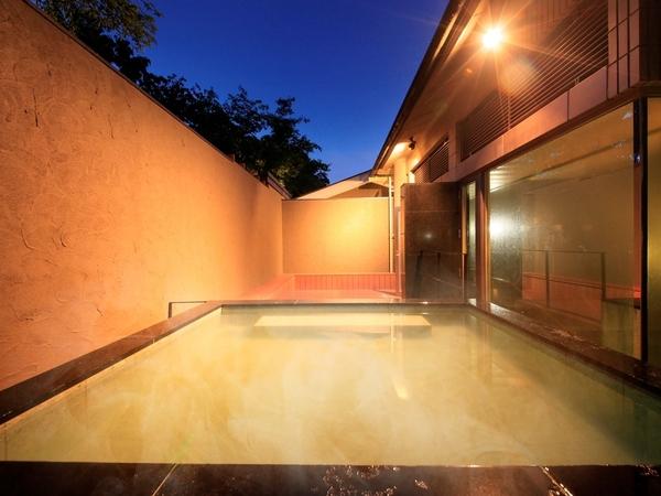 自然豊かな緑に囲まれた露天風呂(入れ替え制)