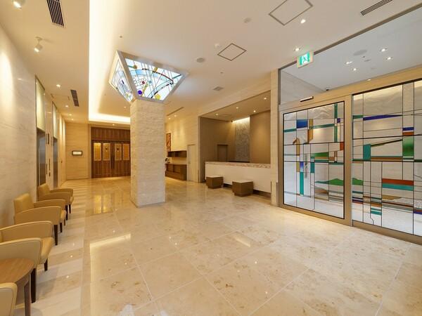 「現代の名工」村岡靖泰氏がデザイン、制作したステンドグラスが彩る、まるで美術館のようなロビー