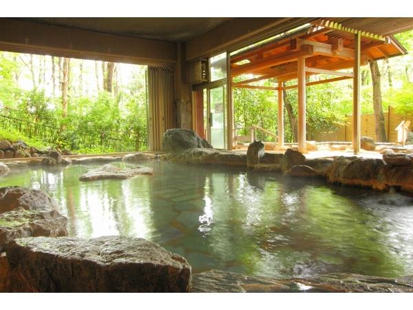 """天然記念物""""三波石""""を600トン使用した大岩風呂(男女時間で交互使用)"""