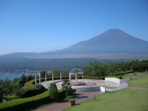 中庭と雄大な富士山