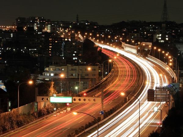 仕事や学校が終わってから、渋滞の少ない夜に移動
