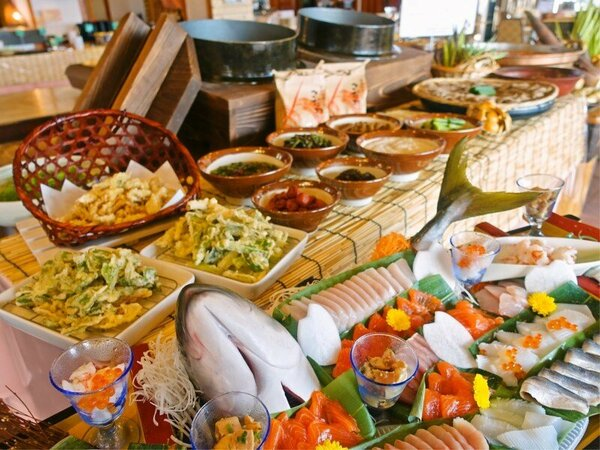 ホテル料理長奥山が腕を振るう夕食、朝食のバイキングをお楽しみください。地元の物、おいしいものたくさん
