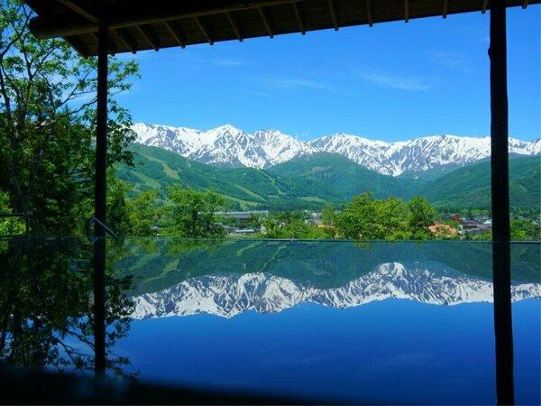 内湯の湯面に映るアルプスの絶景が楽しめる新温泉、わらび平の湯