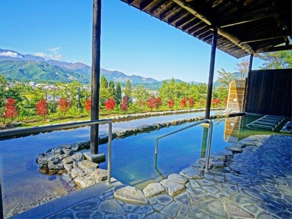 【わらび平の湯】露天風呂の前に植えたドウダンツツジが秋には真っ赤に色づきます