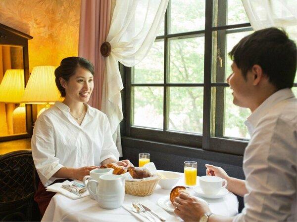 【朝食】フランスから輸入した焼きたてのクロワッサンやデニッシュをお召上がりください。