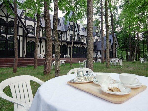 【朝食】天気の良い日はお庭のテラスでのご用意も可能です。