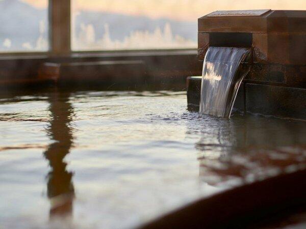 【展望大浴場】源泉から直接引き込んだかけ流しの湯ですので体を芯まで温めます。