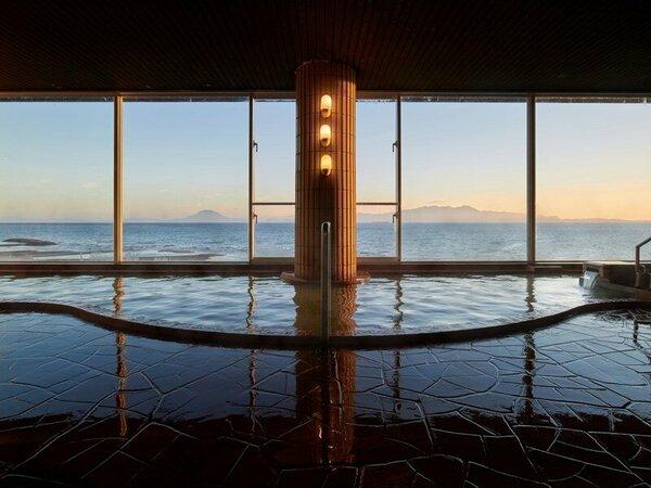 【展望大浴場】四季によって違う顔を見せてくれる錦江湾。日本本土最南端、薩摩情緒を大浴場からも感じます