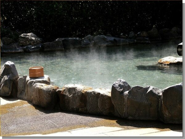 【元禄風呂-露天風呂】は、開放感にあふれ、内湯のとなりの一段と高い眺望のよい場所にございます。
