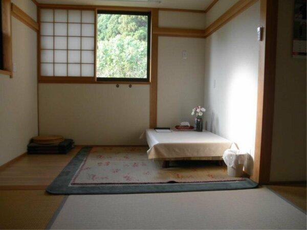 小川を望めるウッドデッキ付き広々和室。6月は紫陽花、10月はコスモスがきれいです。
