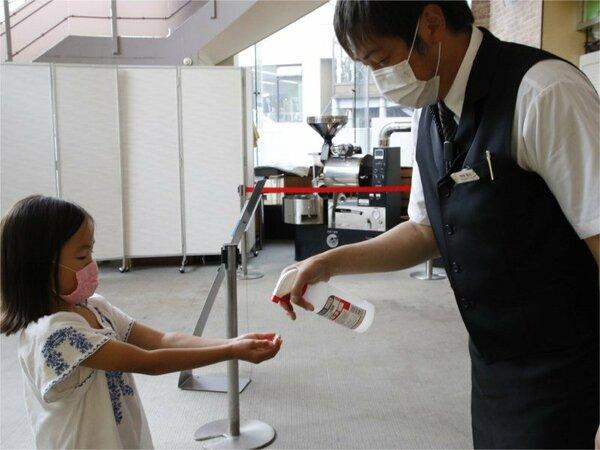 【消毒液の設置】各所に消毒液を設置し、入館時のご利用をお願いしております。