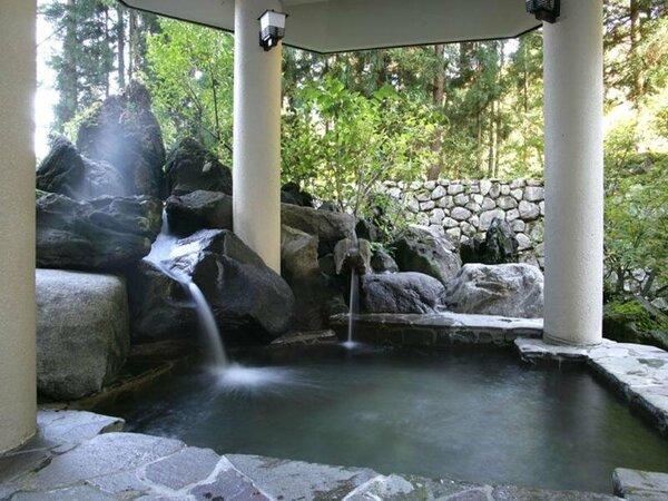 【秋の本館露天風呂】ジャグジーやサウナもございます。