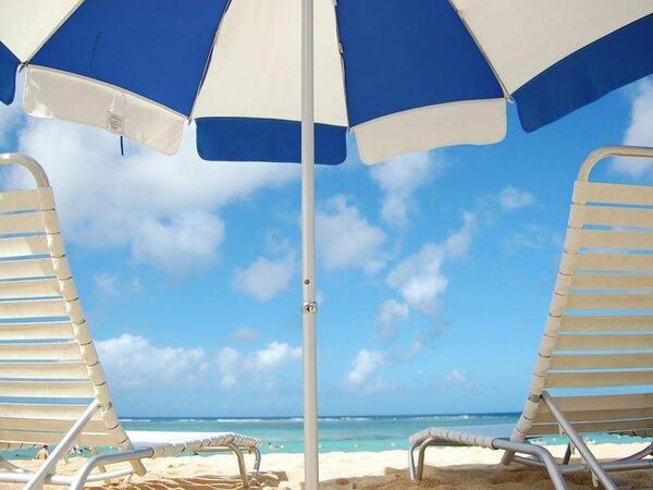 ご宿泊の方は無料のビーチのパラソル&チェアセット