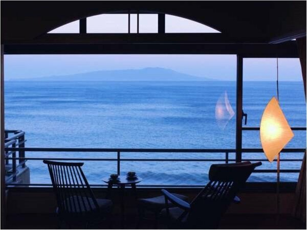 お部屋から見えるのは、海と伊豆大島のみ。聞こえる喧騒は波音のみの静かな客室。