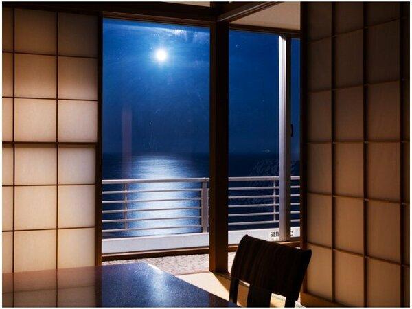 【眺望(一例)】満月の夜は海に現れる月の道「ムーンロード」が見られることも。お部屋に居ながら絶景を。