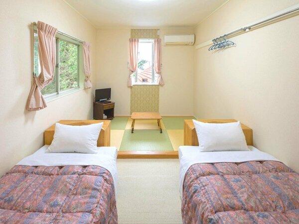・ツインのベッドと畳スペースが一体となった和洋室