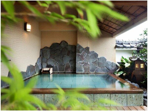 【望海/露天風呂】心地よい風を感じながら、源泉掛け流しの天然温泉を堪能。