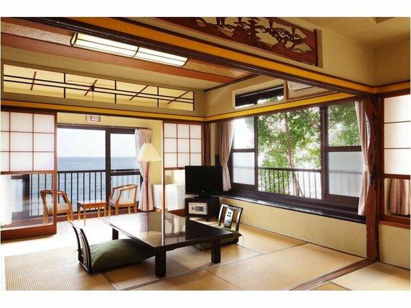 【和室一間10畳】欄間などに古きよき趣を残す和室で寛ぎの時間を。窓からは広がる海をご覧いただけます。