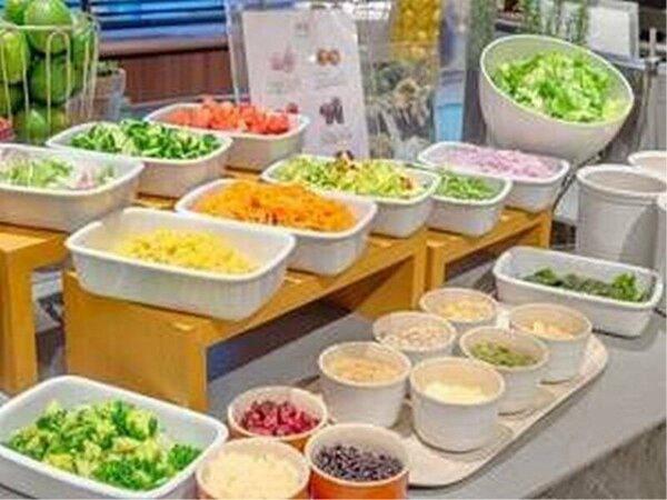 朝食/サラダコーナーは、数種のドレッシングやコンディメンツが揃う