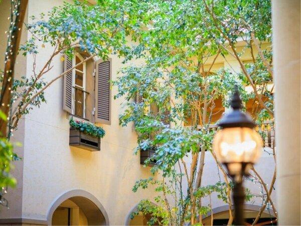 【2階ロビー】ベンジャミンの木々に囲まれたマイナスイオンあふれるロビー