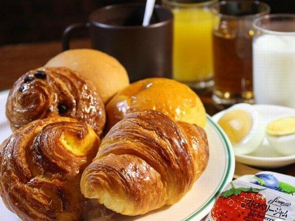 【パンと飲み物無料サービス】朝のひと時をお楽しみください。