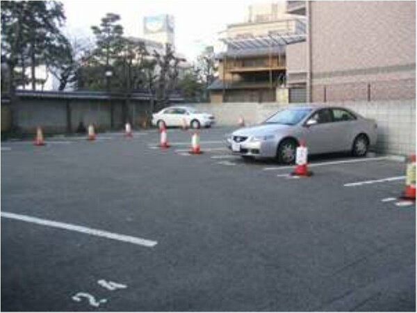 ■車高の高い車も安心の青空駐車場(ご予約制45台収容)