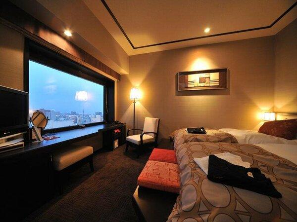 【ツイン/24.6平米】ベッドに座ったまま大きい窓から眺望をお愉しみ頂けます。