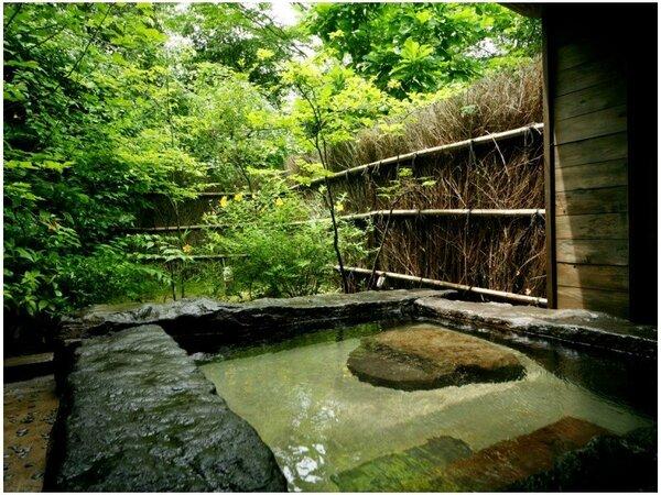 ◆貸切野天風呂◇なつはぜ◆目の前に迫る緑が、より開放的に演出