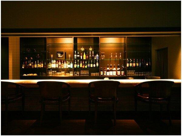 ◆カフェ&バー◆夜はまた、昼とは異なる装い。バータイムには、アルコールでほぐれて弾むトークを