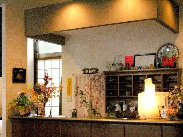 【フロント】ようこそくすのき荘へ♪心安らぐ当館で紫尾温泉をお楽しみください。
