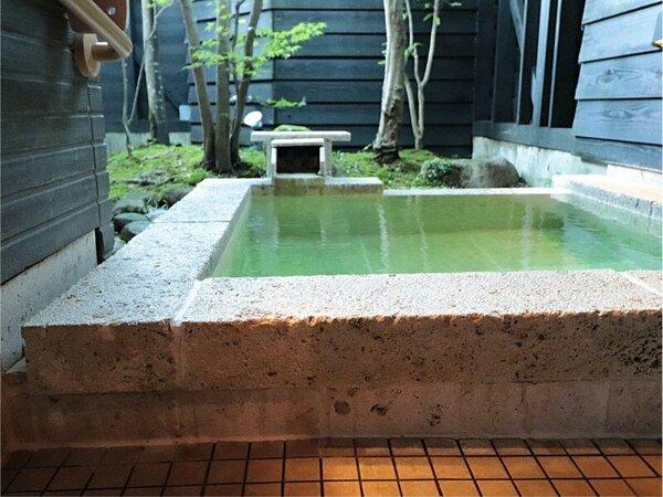 TypeAだけの贅沢な露天風呂。神の湯といわれる自然湧出の温泉に何度でも浸る至高のひととき。